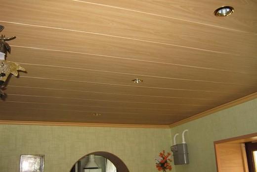 Красивый натяжной потолок «под вагонку» в ванной комнате