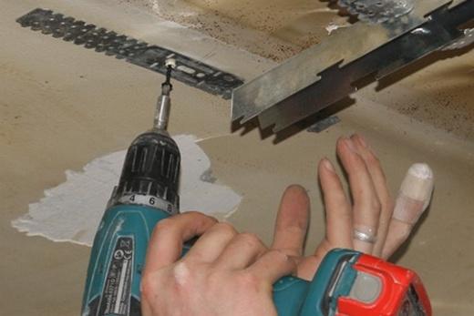 Сочленение стрингеров при помощи подвеса при монтаже реечного потолка в ванной комнате своими руками