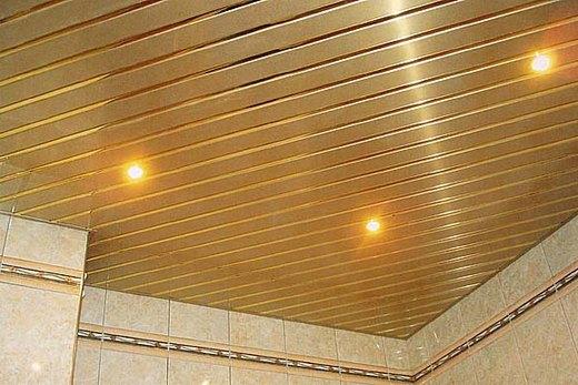 Реечный потолок, собранный в ванной своими руками по диагонали
