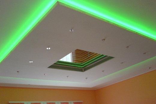 Красивый двухуровневый потолок в ванной комнате с подсветкой