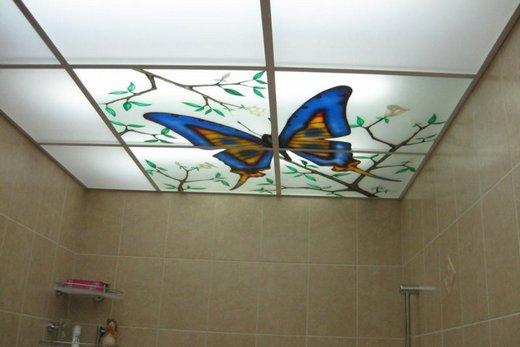 Потолок с рисунком бабочки в ванной комнате