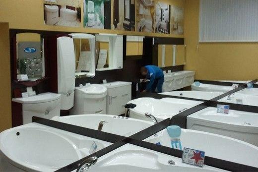 Отдел акртиловых ванн в магазине сантехники