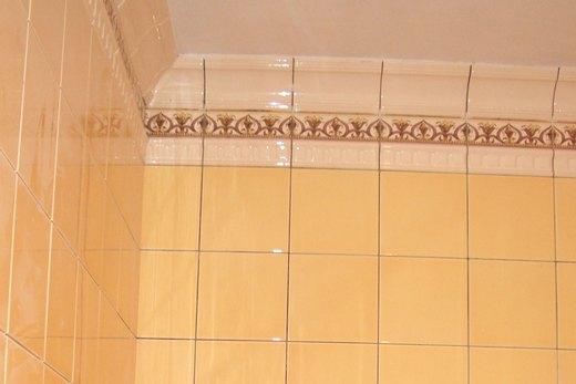 Ванная с кафельной облицовкой