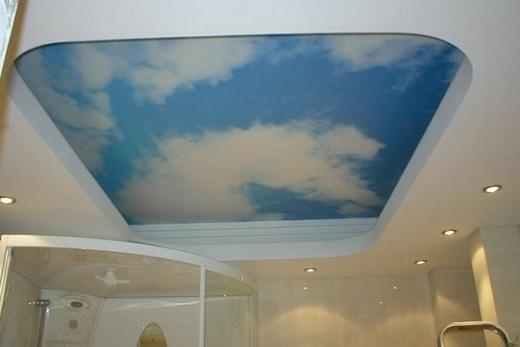 Глянцевый натяжной потолок с рисунком в ванной комнате