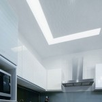Оригинальное решение: ступенька между ярусами потолка использована для размещения источника основного света в помещении