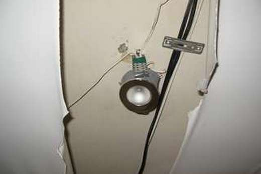 Все коммуникации должны быть проложены до натяжки потолка!
