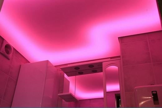 Светящийся светодиодный потолок в ванной комнате
