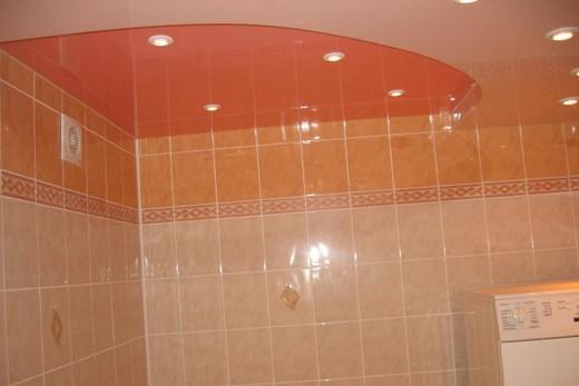 Многоцветный натяжной потолок в ванной комнате
