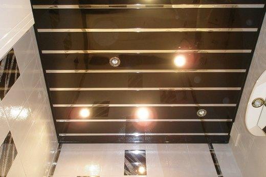 Наборный реечный потолок с подсветкой в ванной