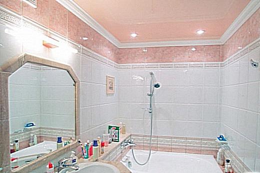 Интерьер ванной с натяжным потолком