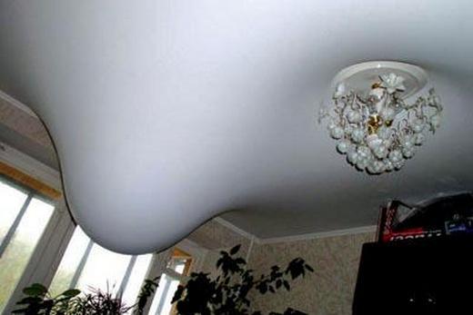 Плёночный потолок держит воду