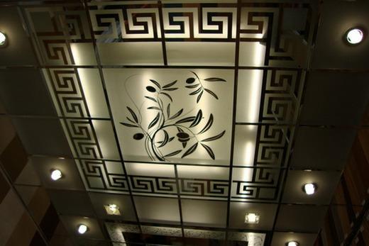 Кассетный потолок из стекла с витражами