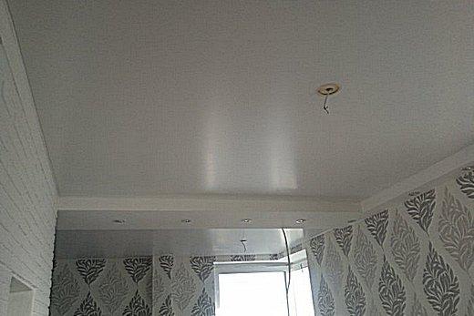 Красивый крашенный потолок для ванной