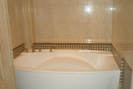 Стены в ванной, облицованный панелями ПВХ