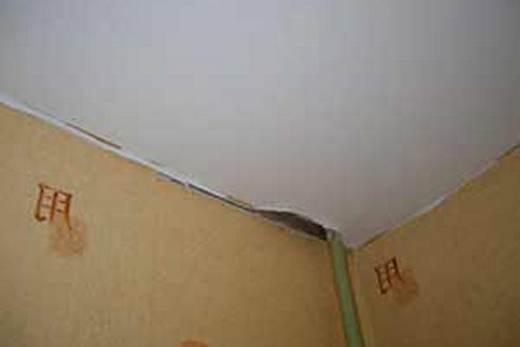 Отрыв натяжного потолка от багета
