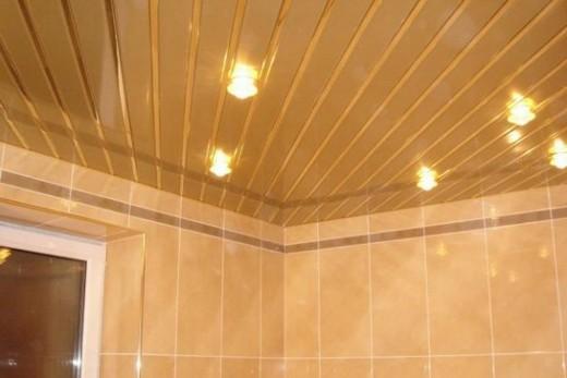 Красивый реечный потолок в ванной