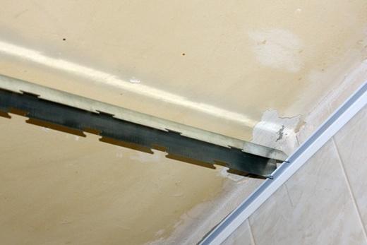 Стрингер для реечного потолка в ванной комнате