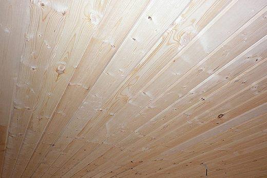 Днеревянный потолок в ванной комнате