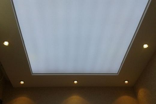 Натяжной потолок из полупрозрачной плёнки в ванной комнате