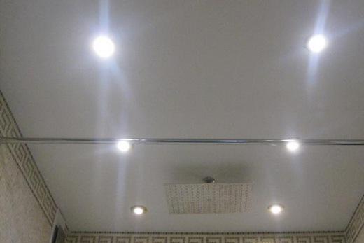 Глянцевый потолок в ванной комнате