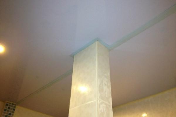 Обводка колонны в центре комнаты при помощи стыковки двух полотнищ
