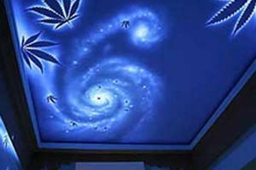 Флуоресцентные обои на потолке в ванной комнате