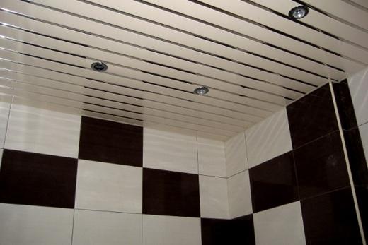 Белый реечный потолок в туалете