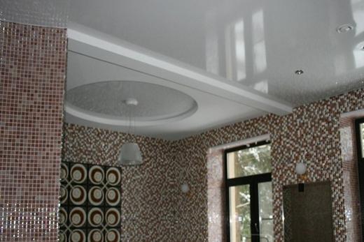 Комбинированный натяжной потолок в ванной комнате