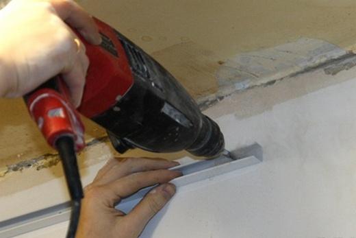 Крепление П-образного профиля к стене для монтажа реечного потолка в ванной комнате