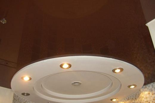 Глянцевая зеркальность потолка зрительно прибавляет ванной комнате высоты