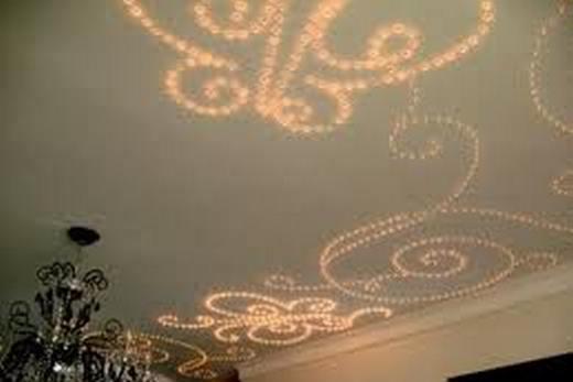 Натяжной потолок с световыми инсталляциями в ванной комнате