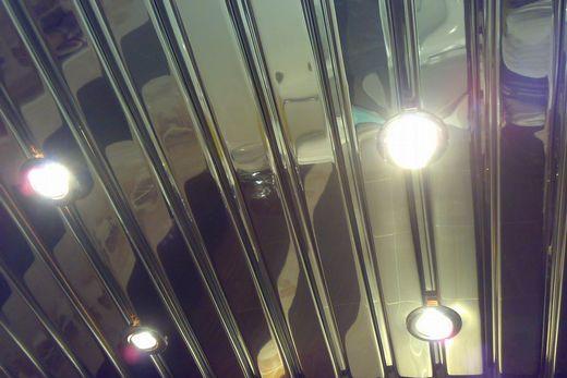 Красивый реечный потолок в ванной комнате