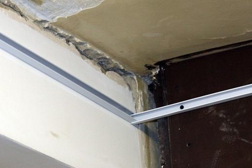 Соединение стрингеров в углу помещения «внахлёст» при монтаже реечного потолка в ванной комнате