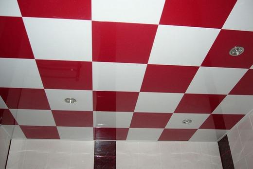 Красивый пластиковый потолок в ванной комнате