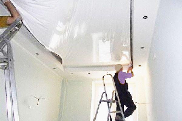 Демонтаж натяжного потолка в четыре руки