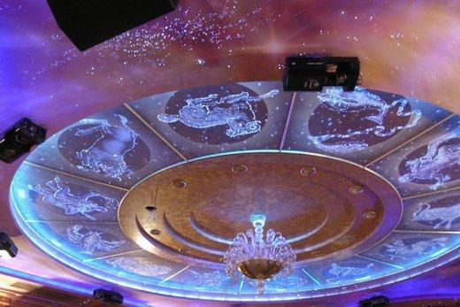 Натяжной потолок со знаками зодиака в зале