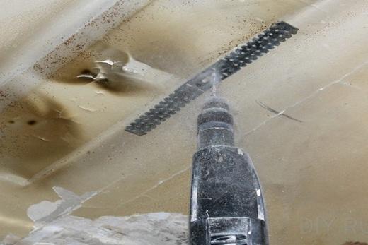 Крепление подвесов к потолку при монтаже реечного потолка в ванной комнате