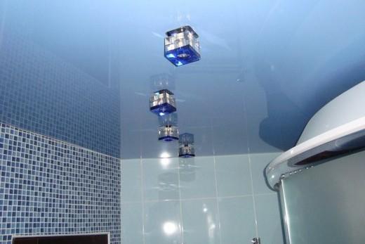 Натяжной зеркальный натяжной потолок в ванной комнате