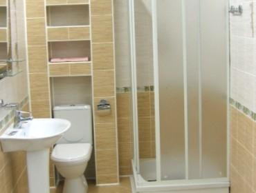 Душевая кабина в качестве оформительской детали интерьера маленькой ванной