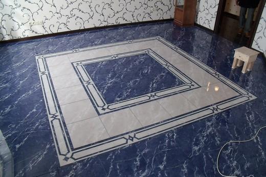 Керамогранитная плитка на полу в ванной