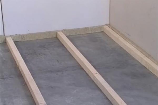 Установка деревянных лаг на пол из бетона