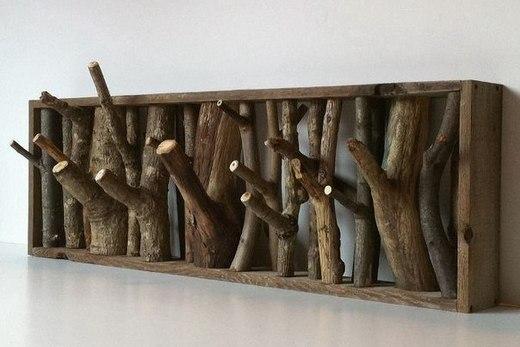 Вешалка из обрезков необработанного дерева в прихожей