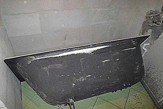 Перед началом монтажа чугунную ванну кладут в 20 см от стены