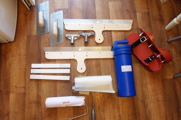 Основные инструменты для заливки полимерных полов: разравнивающий шпатель, игольчатый и меховой валик, краскоступы