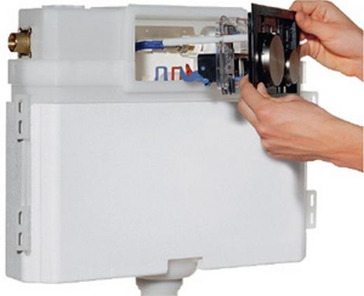 Фотография унитаза с открытой кнопочной панелью