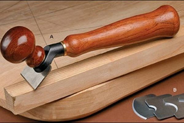 Циклей убирают мелкие погрехи с деревянной поверхности