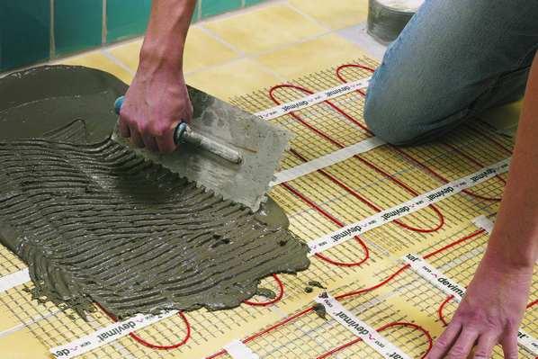 Плиточный клей наносят прямо на теплый пол