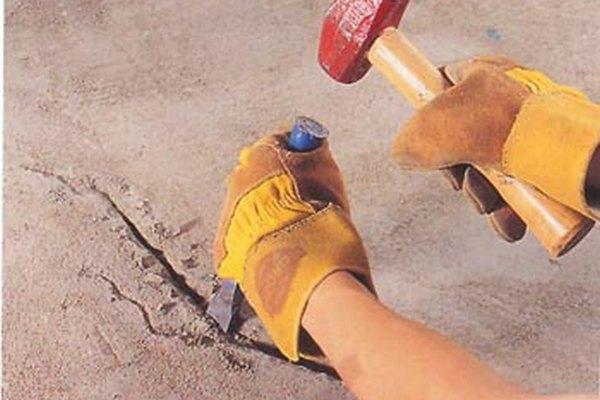 Трещины средних размеров расширяют зубилом, прочищают, грунтуют и заделывают раствором