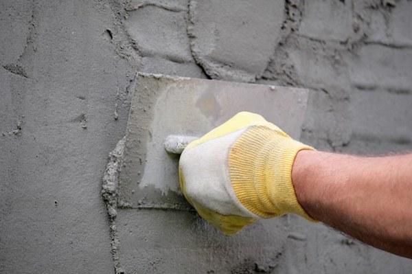 По мере того, как раствора на полутерке становится меньше, расстояние между ним и стеной нужно сокращать