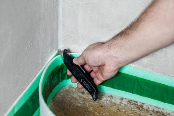 Кромочная лента нужна, чтобы наливной пол при тепловом расширении не «уперся» в стену и не потрескался